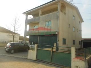 moradia com loja e armazém em Gandra/Paredes junto Cespu | T5 | 4WC