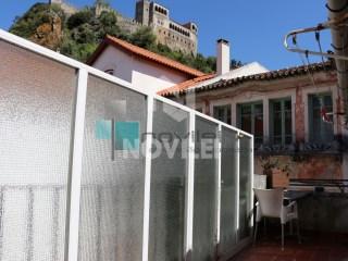 Prédio de habitação e comercio sito na zona histórica de Leiria com quatro fracções independentes. |