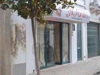 Loja ampla e com espaço de ar livre agora para arrendar no centro da cidade de Almeirim |