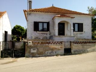 Casa Rústica T4 Mobilada com Garagem e Terreno, Perto de Santarém, Para Venda | T4