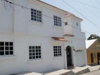 CASA EN CENTRO! IMPECABLE! | 2 Habitaciones + 1 Estancia | 2WC