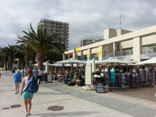 Se vende local comercial en 1ª línea de playa, Los Cristianos, Arona. |