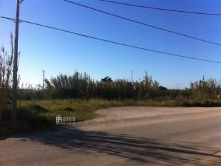 1017TR - Terreno para construção de uma, duas moradias ou mais, localizado em Reinaldes. |