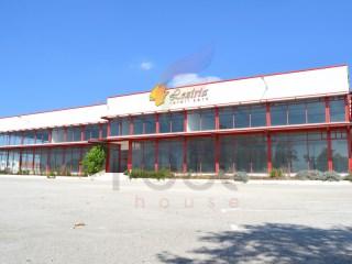 Retail Park com 30 lojas no interior e Parque de estacionamento |
