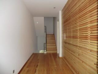 Casa Antiga T4 Reconstruida com Design de Arquitectura Moderna, Imóvel de Banco no Centro da Cidade, para Venda | T3 | 1WC