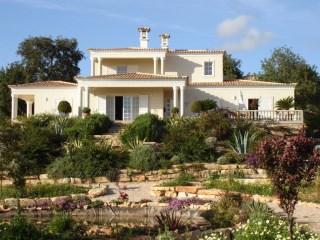 Fantastic 3+1 bedroom villa set in a large plot near Loulé.   4 Bedrooms   4WC