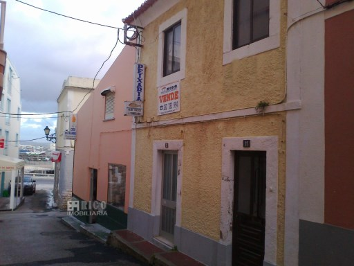 862MU - Prédio para recuperar na zona histórica de Peniche | T0