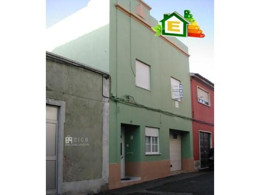 235MU - Moradia com garagem no centro de Peniche