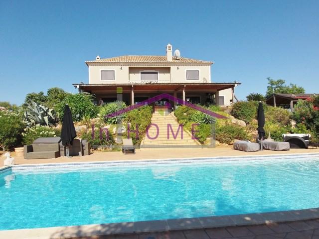 Moradia exclusiva com piscina situada entre Vilamoura e Albufeira.