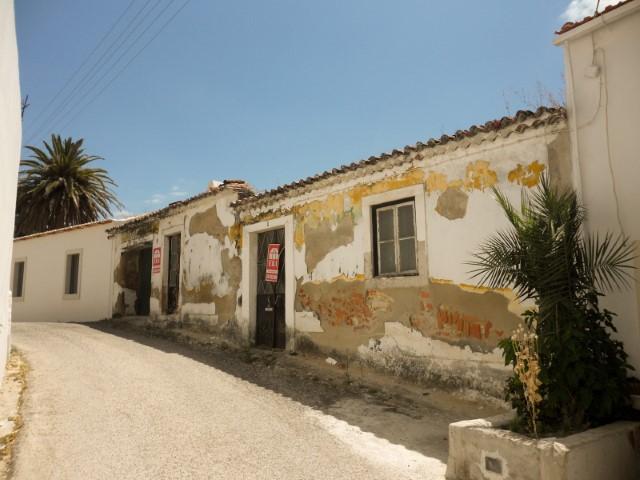 Casa Rústica T2 para Recuperar, Junto a Santarém em Aldeia Típica, Para Venda