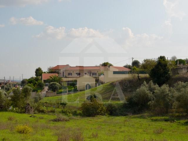 Quintinha com Moradia T5, Piscina, Furo e Jardim, Junto a Santarém, Para Venda