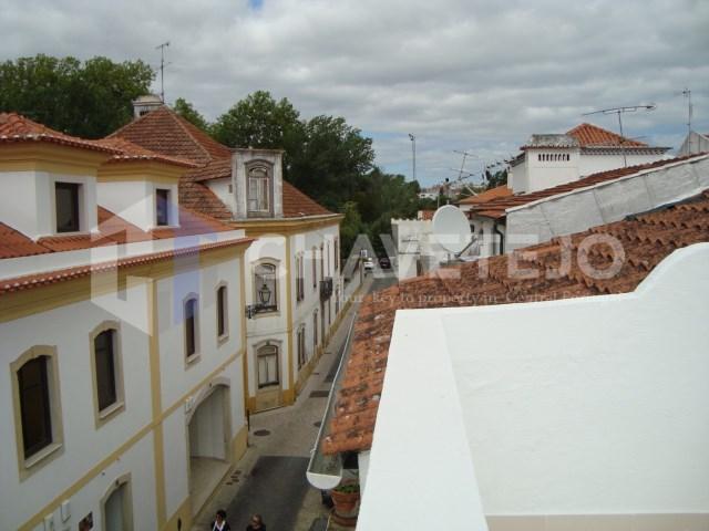 Moradia reconstruída, com garagem, na zona histórica da cidade