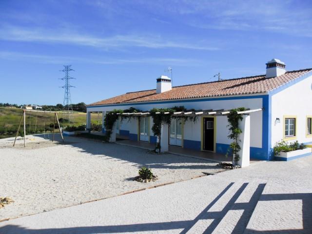 Quintinha com Moradia T5, Garagem, Tertúlia e Terreno, Junto de Santarém, Para Venda