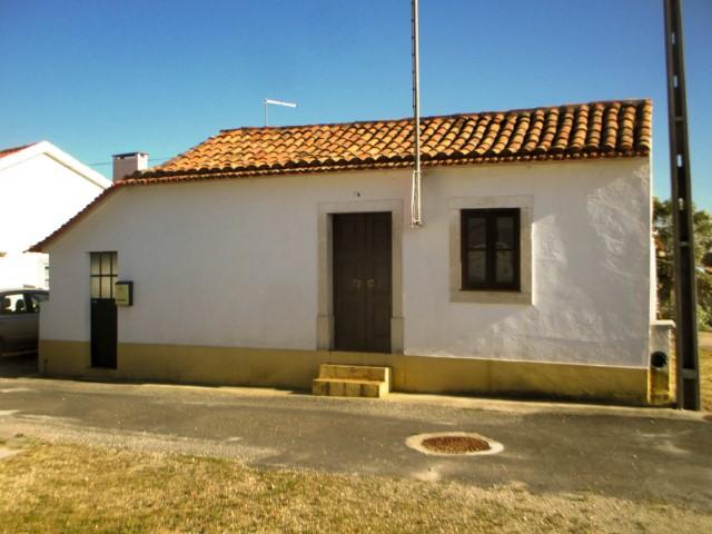 Casa Rústica com Quintal e Anexos, em Zona Rural, para Venda