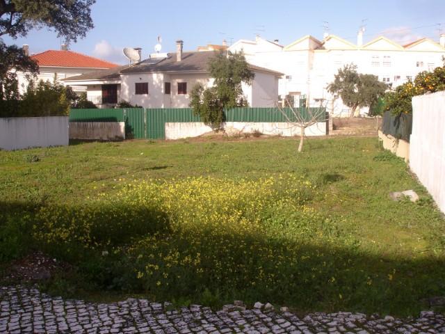Lote com Possibilidade de Construção de Moradia Isolada de 2 Pisos, Perto do Centro, Para Venda