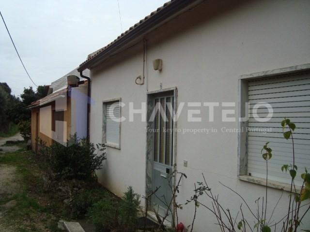 Duas casas de habitação com garagem e terreno para venda