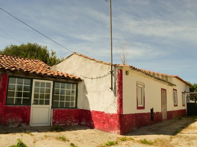 Moradia T1 com Terreno, Imóvel de Banco a Menos de 1 Hora de Lisboa e da Praia, Para Venda
