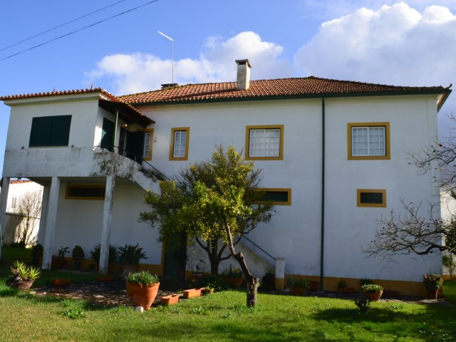 Moradia T6, Logradouro com Piscina, Perto de Santarém, Para Venda