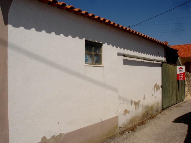 Moradia T1 com Quintal para Recuperar, na Moçarria, Para Venda