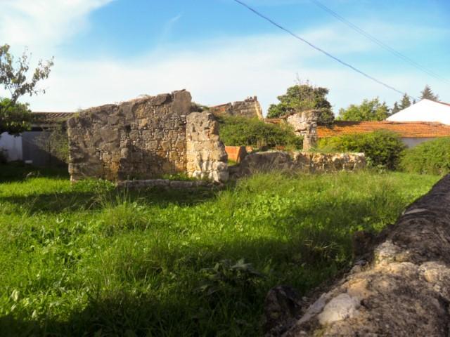 Ruína com Quintal, Perto do Nó A1 Santarém, para Venda