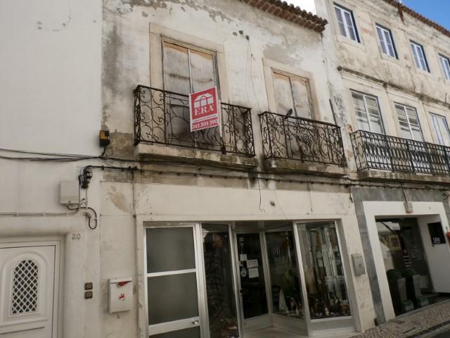 Prédio com 2 Pisos + Sótão, Destinado a Comércio e Habitação, em Rua Principal do Centro Histórico, Para Venda