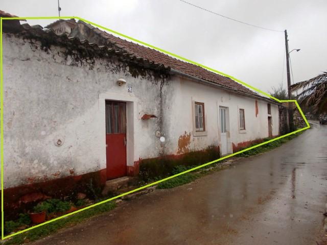 Moradia para remodelar com terreno, 2 palheiros, cisterna e murado na Serra D´Aire e candeeiros Para Venda