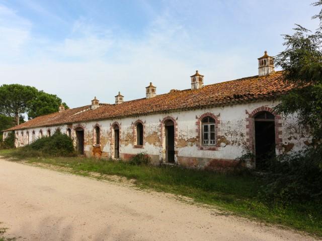 Quinta com 7,3Ha e 8 Casas de Habitação para Recuperar, Zona Lindíssima, Para Venda