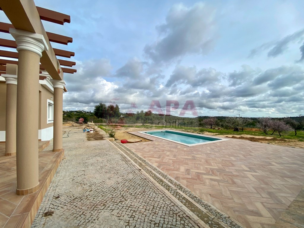 3 Bedrooms + 1 Interior Bedroom House in Santa Bárbara de Nexe (3)