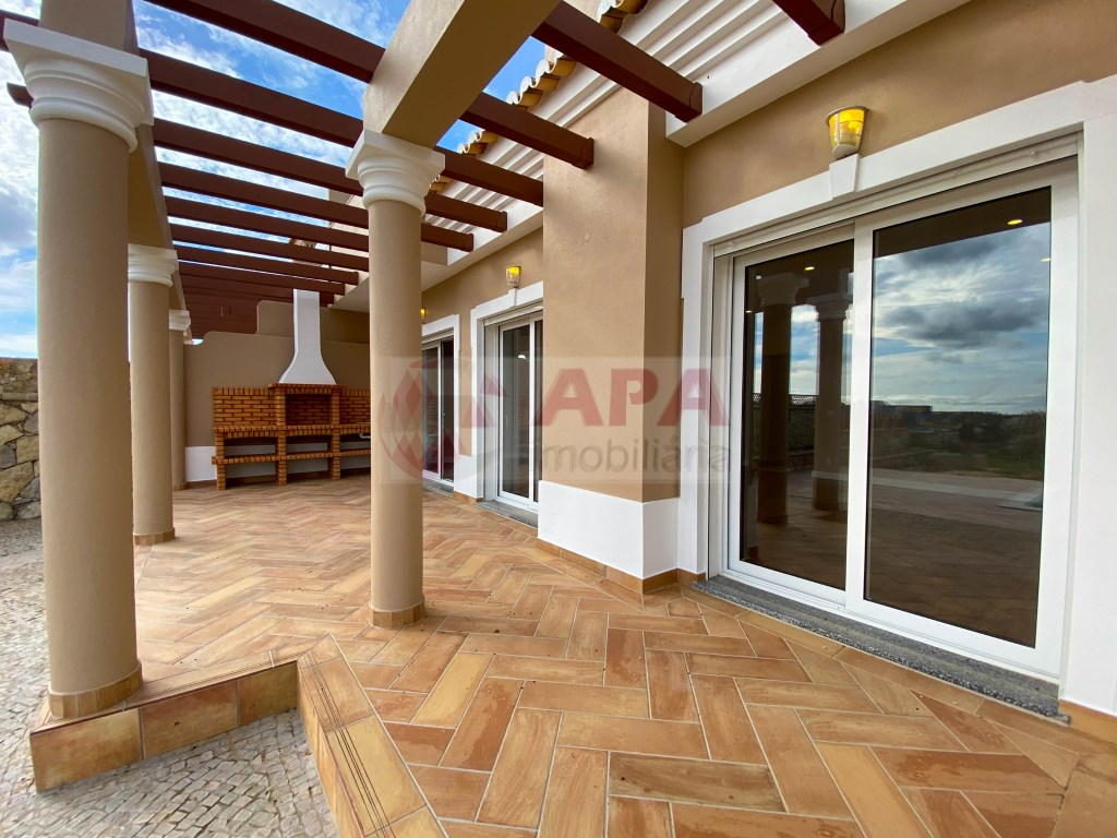 3 Bedrooms + 1 Interior Bedroom House in Santa Bárbara de Nexe (4)