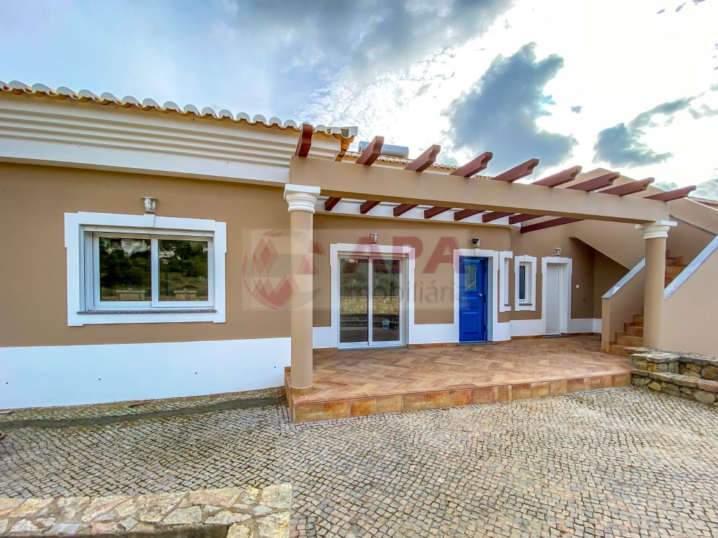 3 Bedrooms + 1 Interior Bedroom House in Santa Bárbara de Nexe (34)