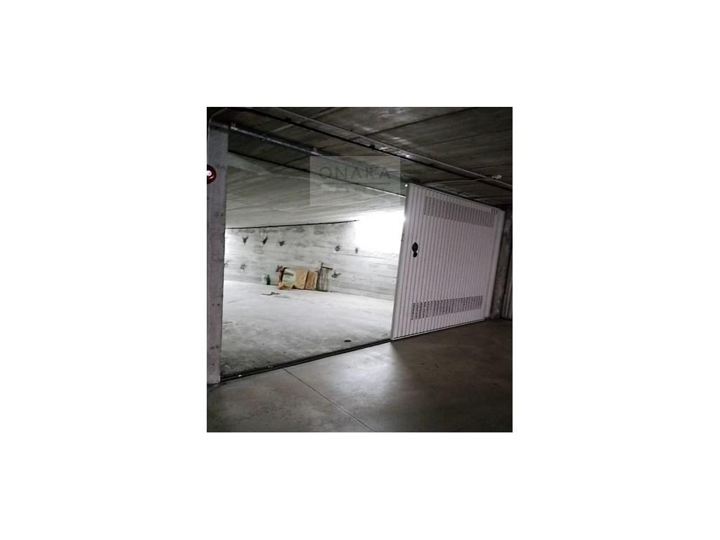 Garaje cerrado para dos coches con puerta doble corredera y gran hueco para almacenamiento y - Coches con puertas correderas ...