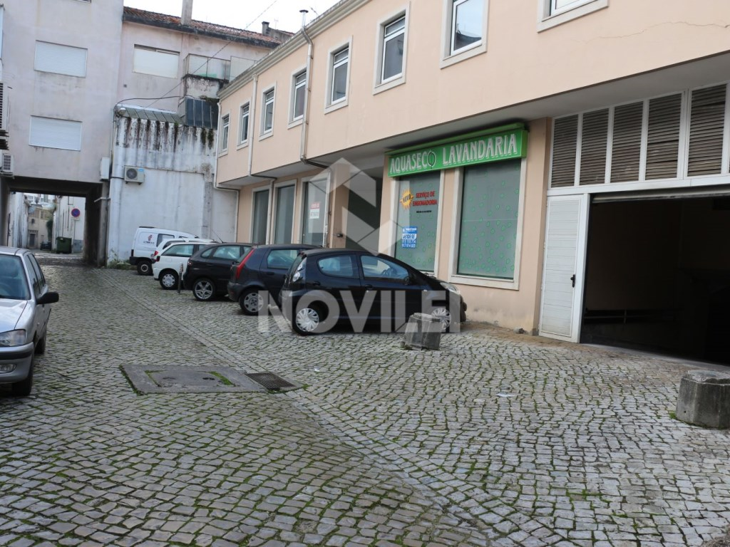 Garage with 30 m 2 in trade building in the Centre of Leiria