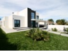 Spectacular villa T4 designed in contemporary architecture in excellent condition, inserted in a plot with excellent sun exposure and wide sea view, with excellent quality finishes. It has a garden, garden area and orchard, and space for swimming pool. | 5 Pièces | 3WC