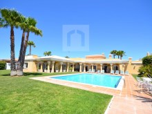 Detached single storey villa with garden and pool in a plot with 2000 m2
