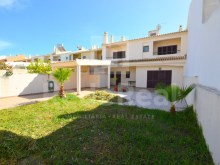 For sale terraced house located in central area of Albufeira with excellent indoor and outdoor areas.