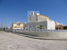 Villa with three bedrooms, good interior with garden areas for sale in Armação de Pêra, Silves