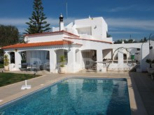 For sale-detached house with four bedrooms and sea view in Montechoro, Albufeira.