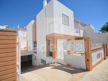 Villa with 4 bedrooms for sale in the Centre of Albufeira in quiet area near the trade and services