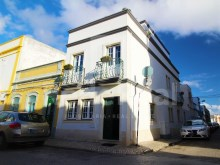 For sale villa with three bedrooms, located in the lower town of Olhão