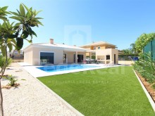 Detached single storey semi new with swimming pool located in a very quiet area for sale in Portimão