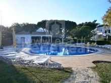 Villa in a good location with pool, tennis court and golf for sale on Balaia, Albufeira
