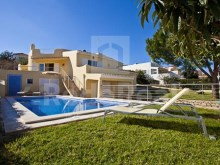 Excellent villa with 3 bedrooms situated in Albufeira, on a plot with garden, swimming pool with Solarium and B.B.Q.