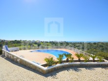 2 bedroom villa for sale in Albufeira, inserted into apartment, swimming pool and parking place.