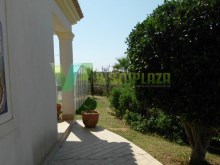 villa-for-sale-good-location-with-garden-and-pool-alvor-algarve%54/61