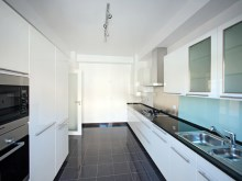 Kitchen 4 bedroom villa in private condominium in Bicesse%4/7