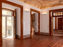 UNIQUE 2 BEDROOM APARTMENT IN AN HISTORICAL BUILDING OF CHIADO, LISBON%3/12