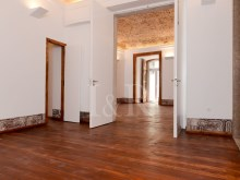 UNIQUE 2 BEDROOM APARTMENT IN AN HISTORICAL BUILDING OF CHIADO, LISBON%8/12