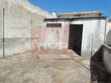 Housing for refurbishment at the Centre of Olhao-terrace with annex%17/19