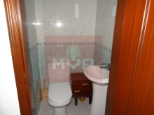 2 bedroom apartment in the Centre of Moncarapacho-bathroom%9/11