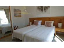 Room with two single beds%15/26